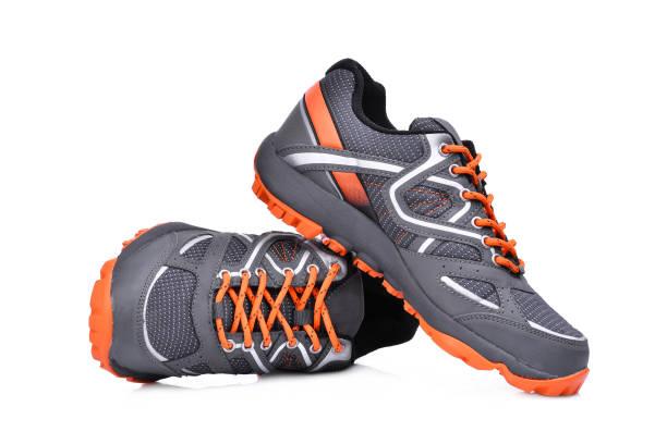 흰색 배경에 고립 된 새로운 unbranded 스포츠 신발 - 신발 뉴스 사진 이미지