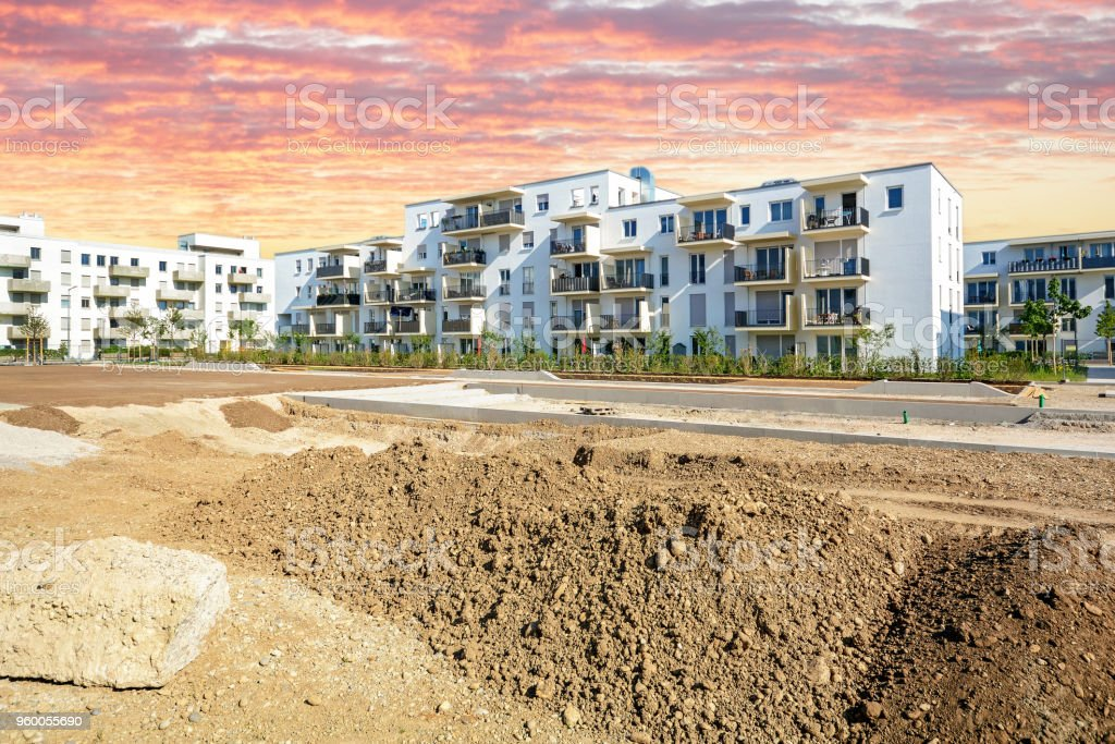Neue Stadtentwicklung mit Baustelle und modernen Wohnbauten – Foto