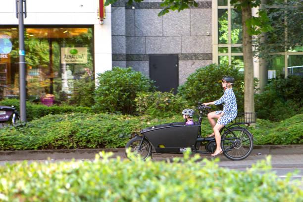 neue urbane mobilität - nachhaltiger lebensstil - radwege deutschland stock-fotos und bilder