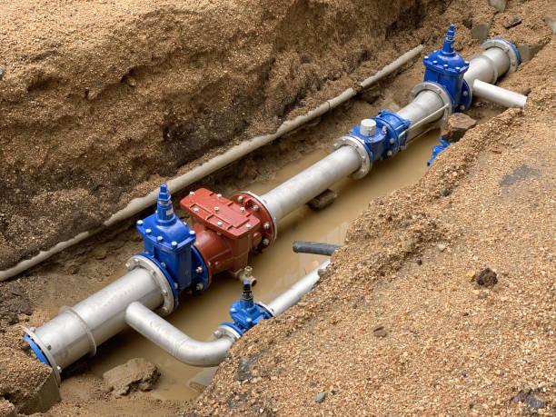neue wasserleitung im boden - kanalisationsabflüsse stock-fotos und bilder