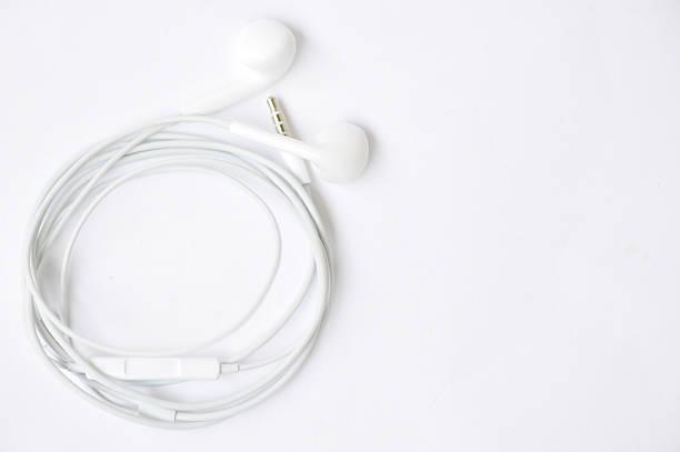 nouveau blanc passant pour écouteurs - écouteurs intra auriculaires photos et images de collection