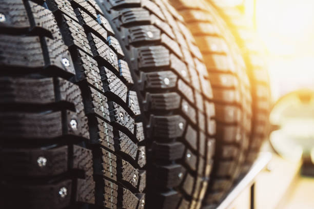 nieuwe winterbanden te koop in de winkel - tyre stockfoto's en -beelden