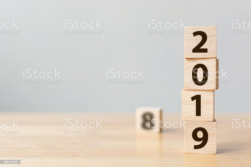 Neue Jahr 2018 2019 Konzept ändern. Hölzerner Block Cube mit Nummer auf Tisch – Foto