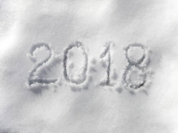 neue jahr 2018 - es schneit text stock-fotos und bilder