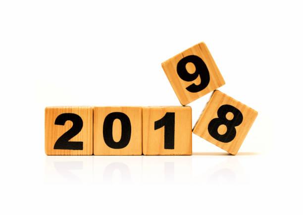 neue jahr 2019 und alten 2018 mit holz-block isoliert - chinesischer kalender stock-fotos und bilder