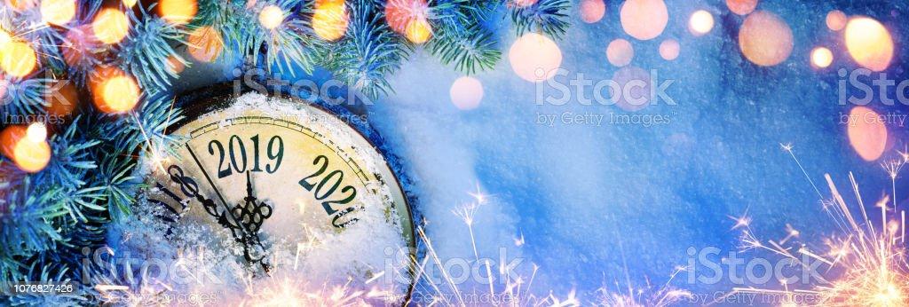 Neue Jahr 2019 - Feier mit Zifferblatt Uhr auf Schnee und Lichter – Foto