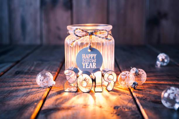 Neue Jahr 2019: Weihnachtsdekoration auf altem Holz - Kerze Jar Label Karte – Foto