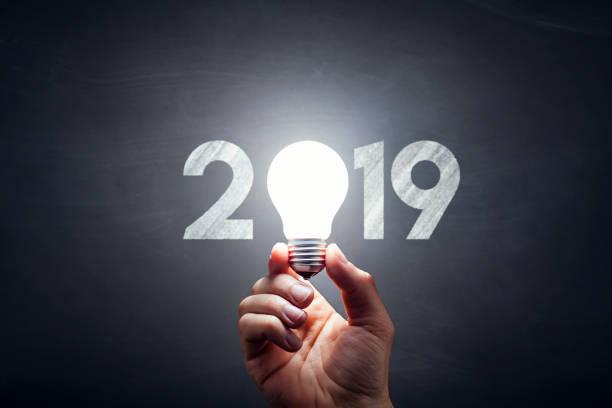 Neue Jahr 2019 - Glühbirne Hand Idee Blackboard – Foto