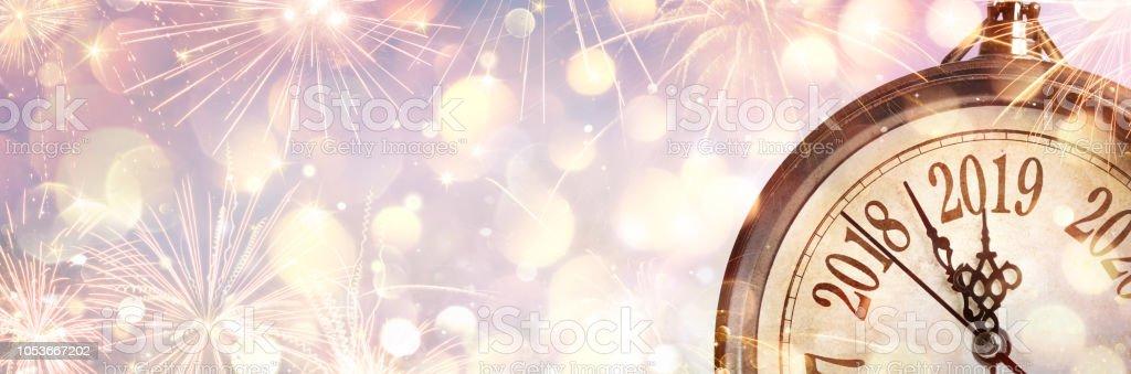 Neue Jahr 2019 - Mitternacht mit Uhr und Feuerwerk – Foto