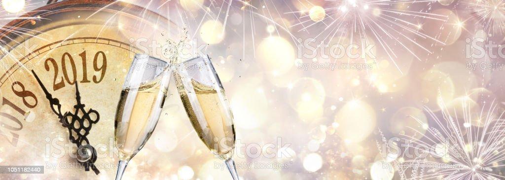Novo ano 2019 - brinde com champanhe e relógio - foto de acervo