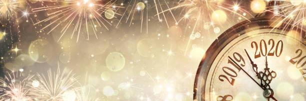 año nuevo 2020 - medianoche con reloj y fuegos artificiales - año nuevo fotografías e imágenes de stock