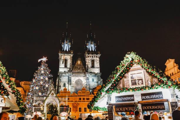 neujahrs-und weihnachtsmarkt am prager marktplatz. - adventgeschichte stock-fotos und bilder