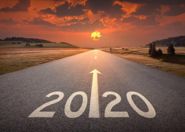2020-silvester im schönen leeren autobahn bei sonnenuntergang - der weg nach vorne stock-fotos und bilder