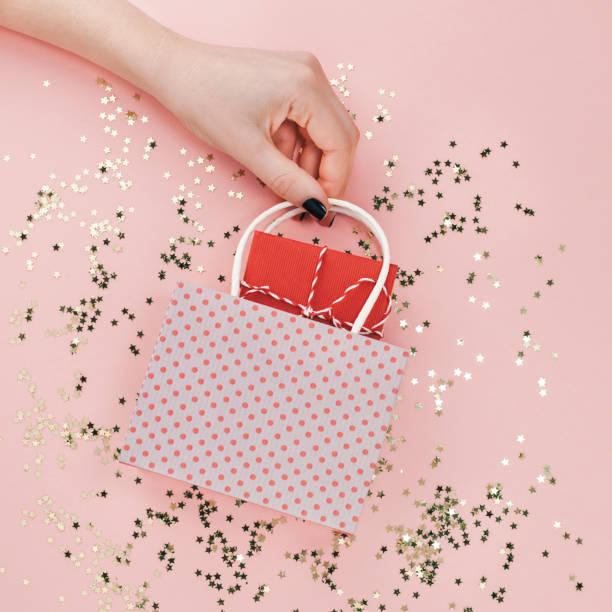 neues jahr weihnachten geburtstag valentinstag vorhanden - originelle geburtstagsgeschenke stock-fotos und bilder