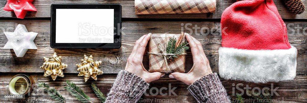 Nytt år, jul, mänskliga händer, handgjorda nyår eller jul, gåva, fluffiga fir grenar, firande, dekorerad, ovanifrån - Royaltyfri Affärsman Bildbanksbilder