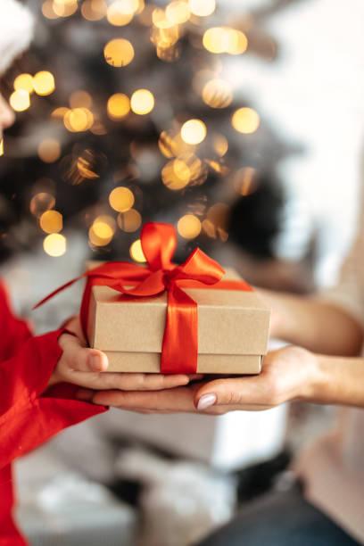 nytt år. jul. för närvarande. beskuren bild av mamma och dotter håller en presentask - christmas presents bildbanksfoton och bilder