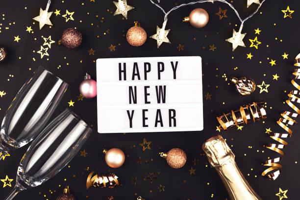 Neujahrskomposition mit Konfetti, Dekorationen und Champagner. – Foto