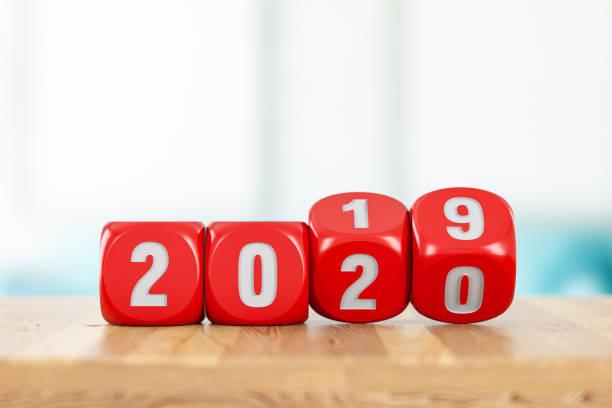 2020 neujahrskonzept mit roten würfeln - 3d typografie stock-fotos und bilder