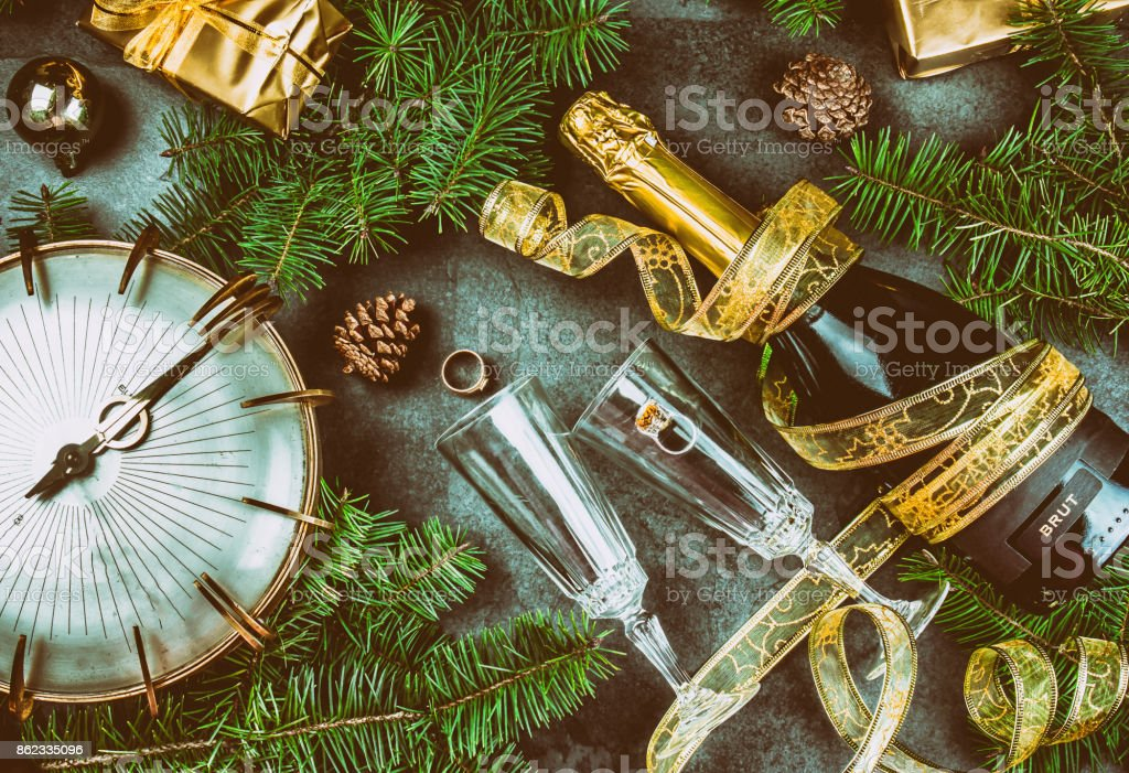 8bb5d875b0cb Tradición de la víspera de año nuevo rutual había puesto anillo de oro a  champagne.
