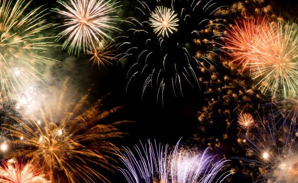 silvesterfeuerwerk hintergrund, neujahrswünsche konzept - 2020 2029 stock-fotos und bilder