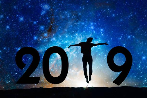 2019-Neujahrs-Grußkarte. Silhouette einer Frau in der Nacht, Sternenhimmel Hintergrund springen – Foto