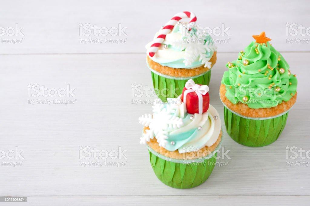 Istock Ano Nuevo O Cupcakes De Navidad Verde Con Crema Batida