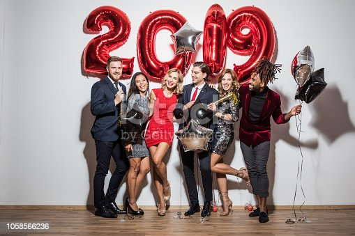 f7d5353327637 🔥 Glamorous Friends In Santa Hats Holding 2019 New Year Golden ...
