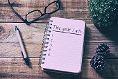 木製の机の上にメモ帳に新しい年の解像度一覧