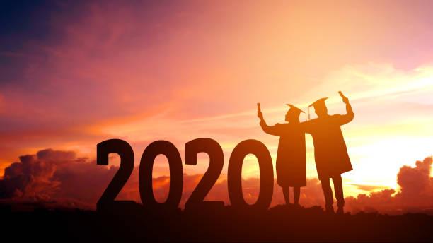 2020 año nuevo silueta personas graduación en 2020 años de educación felicitación concepto , libertad y feliz año nuevo - graduation fotografías e imágenes de stock