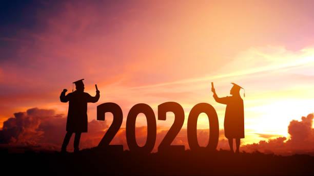 2020 nuevo año silueta joven hombre libertad y feliz nuevo año concepto - graduation fotografías e imágenes de stock