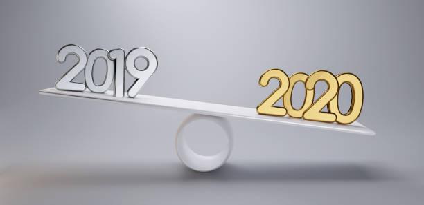 Neues Jahr Silber 2019 und golden 2020 auf einer Skala 3d-Illustration hellgrau Hintergrund – Foto