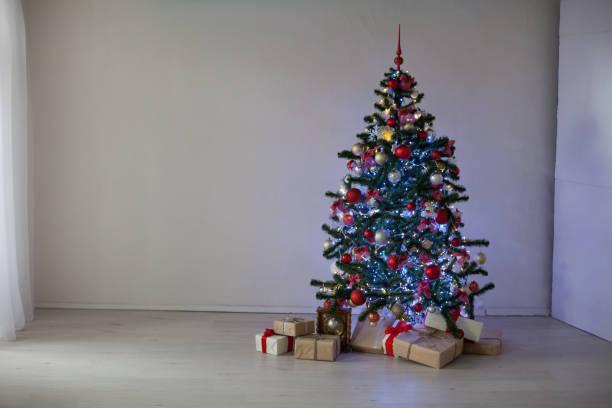 neue jahr tree christmas decor geschenke - hochzeitskleider online stock-fotos und bilder