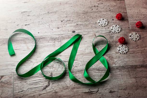 2018 neujahr wort mit schneeflocken - bandanzeige stock-fotos und bilder