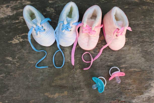 2019 neujahr schnürsenkel der kinderschuhe und schnuller auf alten hölzernen hintergrund geschrieben. ansicht von oben. flach zu legen. - festliche babymode junge stock-fotos und bilder