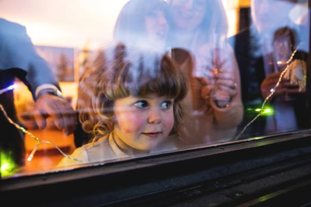 silvester feiern zu hause mit freunden und familie - italienischer abstammung stock-fotos und bilder