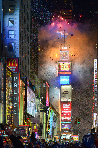 silvester ball drop in times square - new york new year stock-fotos und bilder