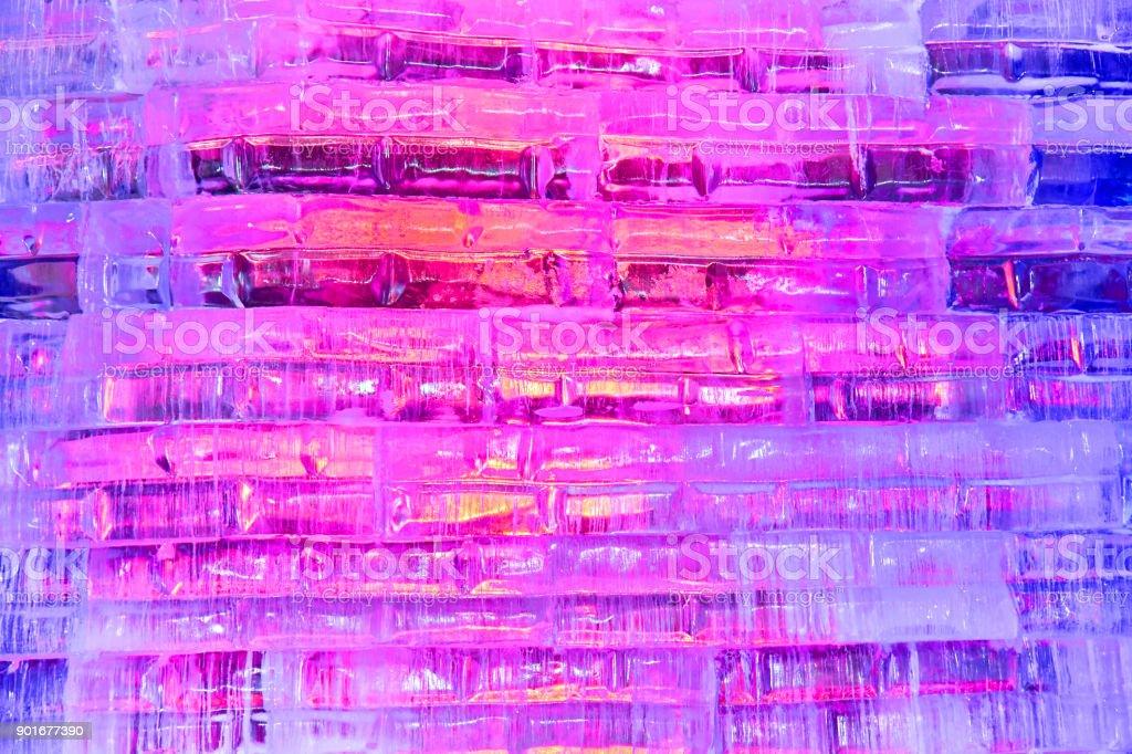 Véspera de ano novo iluminado gelo tijolos em uma parede de parque infantil - foto de acervo