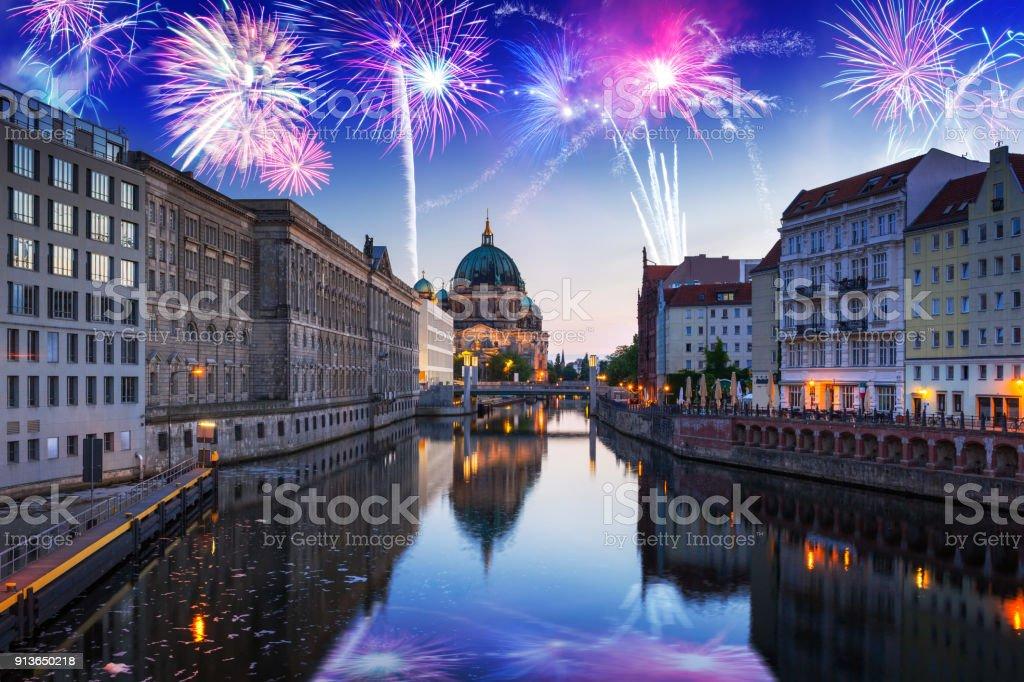 Neue Jahre Feuerwerk über Fluss Spree in Berlin – Foto