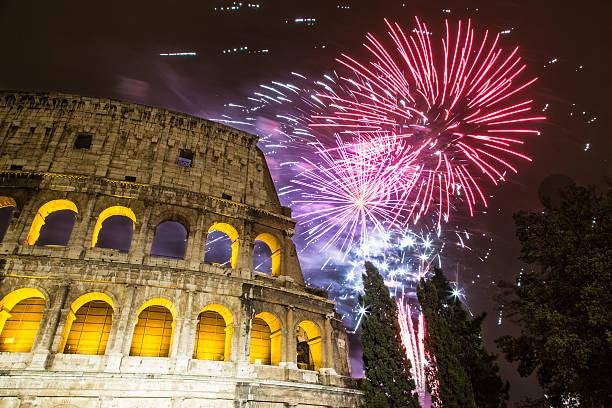 Fuochi d'artificio per Capodanno vicino al Colosseo a Roma - foto stock