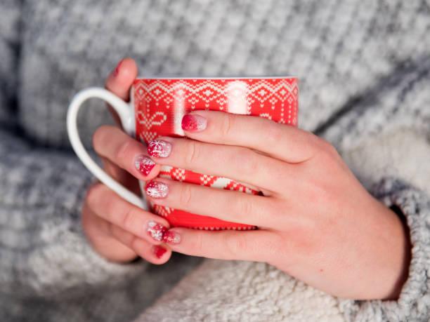 Silvester Becher in weiblichen Händen mit schönen Maniküre Neujahr – Foto