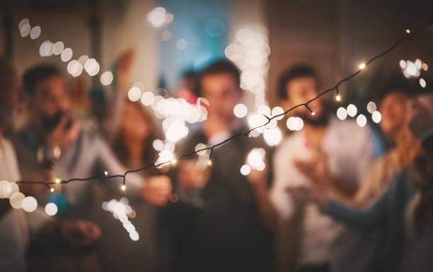 silvester party im hause 4k - partyraum stock-fotos und bilder