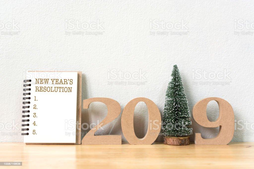 Neujahrsvorsatz Notebook und Holz mehrere 2019 mit Weihnachtsbaum auf Holz Tisch und Kopie Raum – Foto