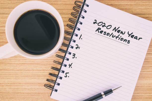 2020 texto de las resoluciones de año nuevo en el bloc de notas - determinación fotografías e imágenes de stock