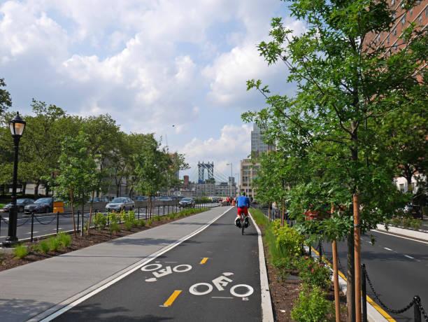 new york-radweg führt zur brooklyn bridge - fahrradwege stock-fotos und bilder