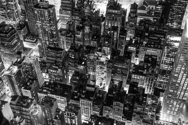 new york city at night in black and white - high contrast stock pictures, royalty-free photos & images