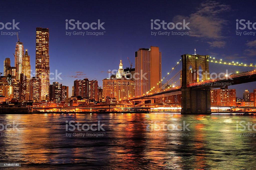 La ciudad de Nueva York, puente de Brooklyn por la noche - foto de stock
