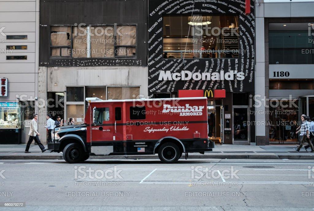 New York City, New York, USA - 8. Oktober 2016: Gepanzerte Lieferwagen gesehen geparkten außerhalb einer berühmten Fast-Food-Kette mit dem Ziel der Erfassung der Einnahmen aus dem Restaurant. – Foto