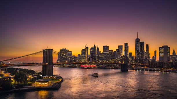toits de la ville de new york et le pont de brooklyn au coucher du soleil - new york photos et images de collection