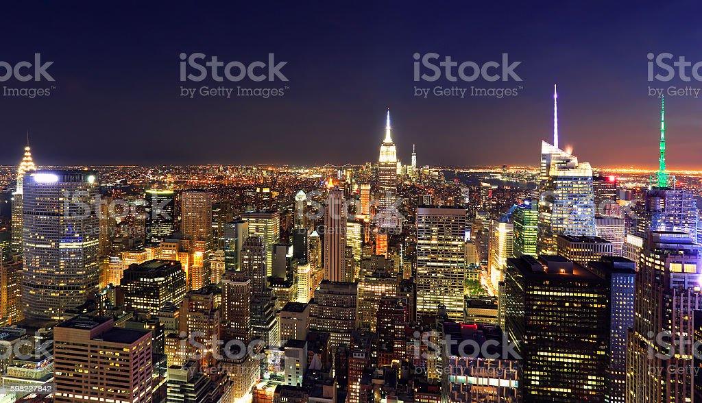 New York City skyline illuminated at night, US foto royalty-free