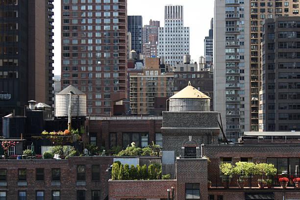 skyline von new york city - dachgarten stock-fotos und bilder